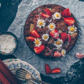 Vegan Rhubarb Almond Cake with fresh Strawberries - A Low-Gluten Recipe by Kati of black.white.vivid.