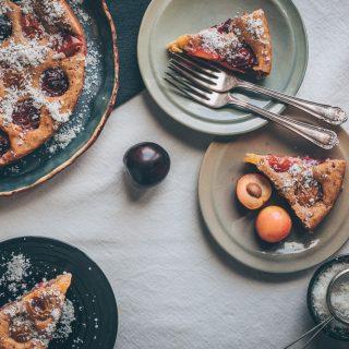 German Plum Cake - A Vegan cake recipe for Plain White Vanilla cake topped with juicy plums - A Vegan recipe by Kati of black.white.vivid. - moody food photography, food styling, vegan white cake, easy vegan cake, quick vegan cake, veganer Pflaumenkuchen
