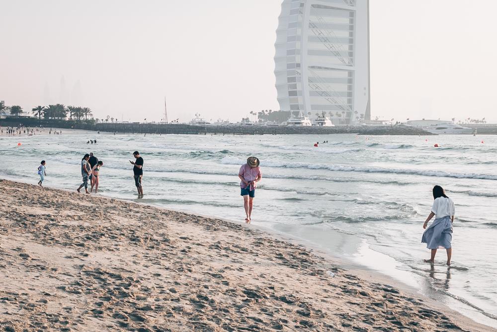 Lebanese Zaatar Manoushe Buns - A Vegan Recipe by Kati of blac.white.vivid. // food photography, food styling, plant-based recipe, vegan lebanese recipe, vegan food, vegan manoushe, hummus, olive oil, mint, lebanese flatbread, vegan flatbread, Dubai, UAE, Dubai beach